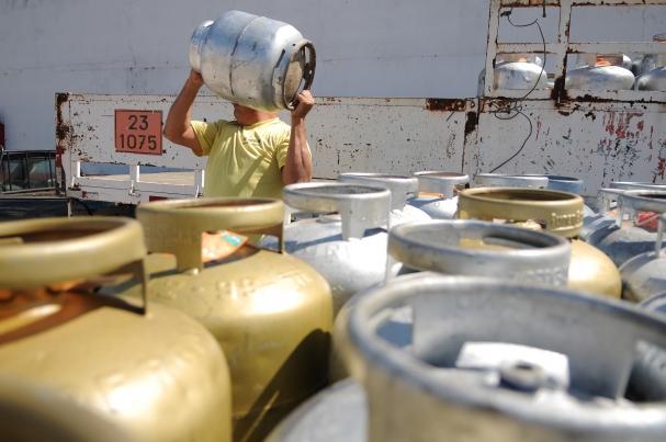Resultado de imagem para imagens de pessoas desesperadas com o preço do gas
