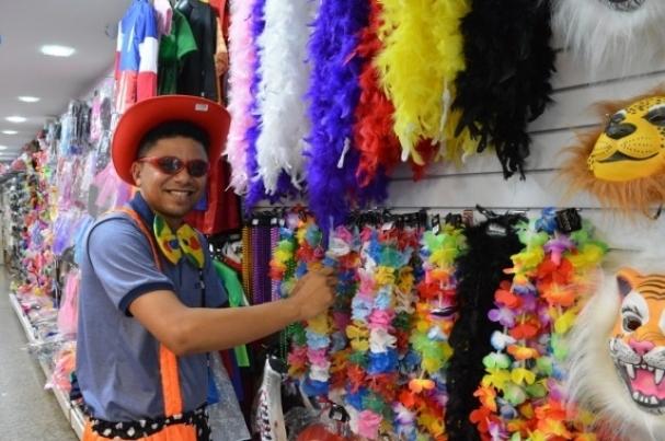 d9b9771c8 Um dos segmentos do comércio local que ganha fôlego são as lojas de  adereços carnavalescos. (Foto  Marco Polo)