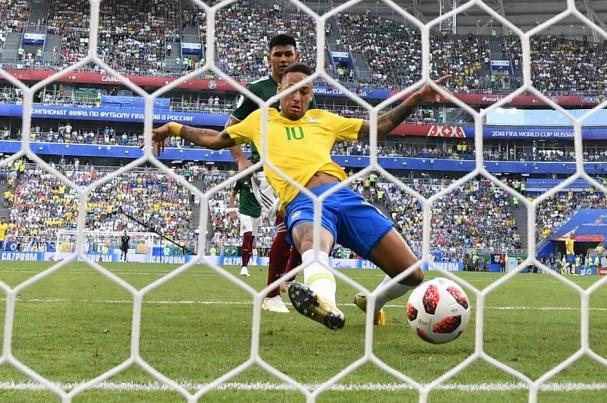 Neymar completa jogada que ele começou e manda para as redes do México  (Foto  Correio da Bahia) ebee724f1dacb