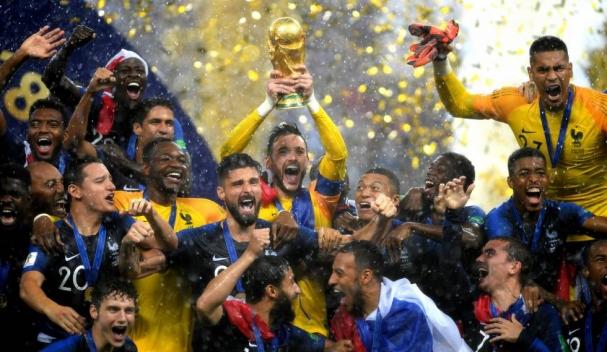 2b4c0a41f3 Franceses comemoram título mundial com a taça da Copa (Foto  El País).  Fecomércio RN apresenta o novo ...