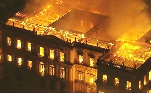 f2b00662e Museu Nacional arde em chamas (Foto  Tribuna PR)